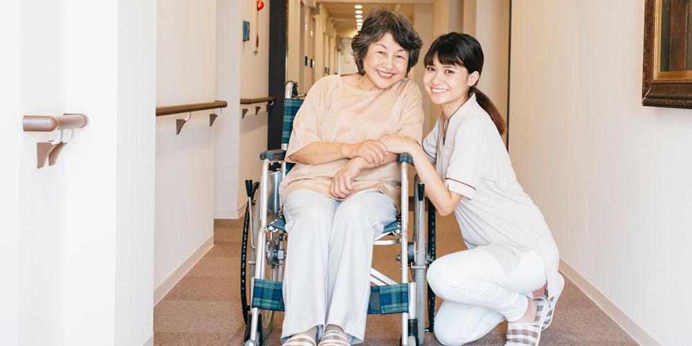 老人などの介護を行う労働者
