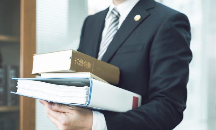資料を持つ弁護士